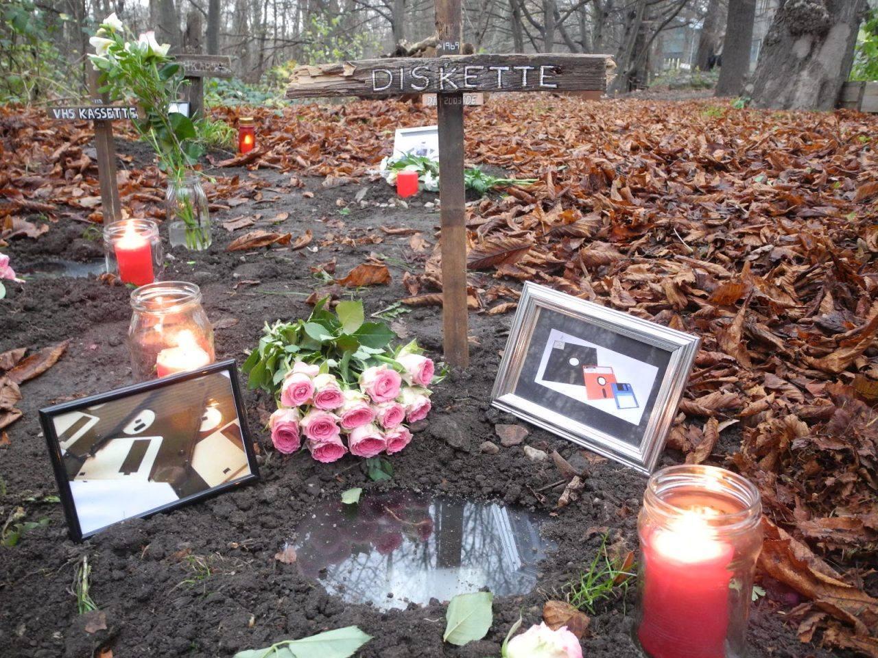 Kursergebnis: Friedhof der Toten Medien (1. Studienjahr Grundlagen Neue Medien)