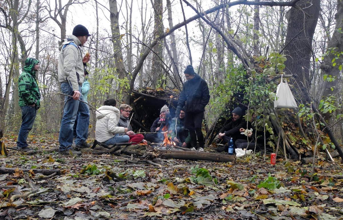 Hütte bauen, Feuer machen –Workshop mit Heath Bunting und WaiWai (Positionen zeitgenössischer Kunst, ab. 5. Sem.)