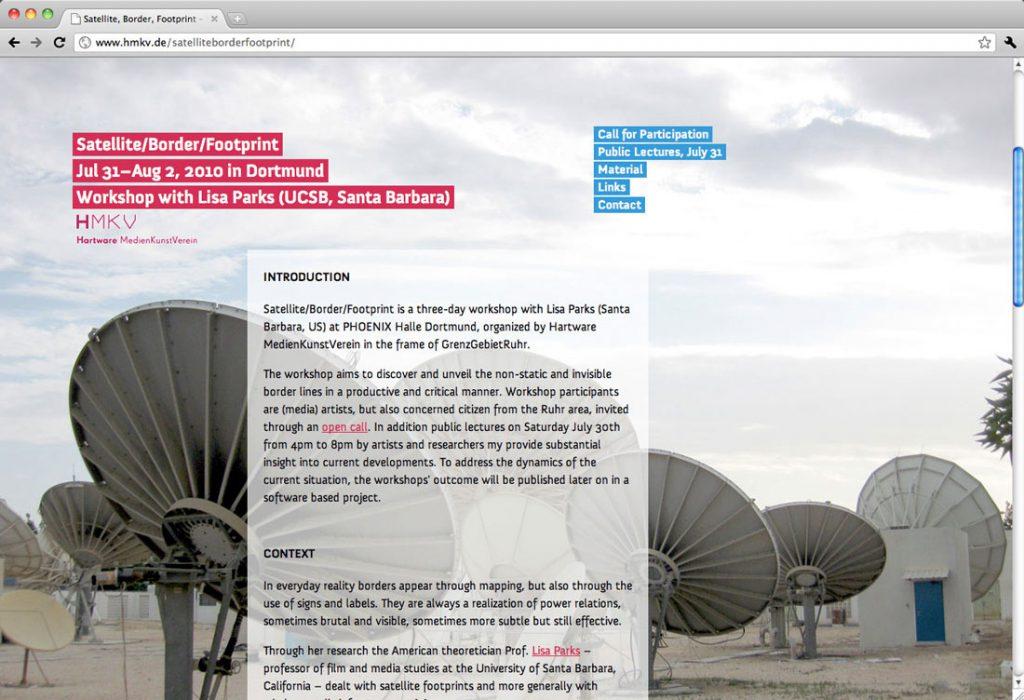 Satellite/Border/Footprint, Minisite für Workshop, Dortmund | Gestaltung, Programmierung, Content – Semitransparenter Text scrollt vor einem Vollbild-Hintergrund
